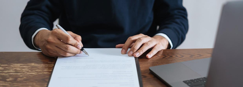 zakenman, handtekening, handtekening zetten, ondertekenen, contract, schade zakelijk, verzekeringen